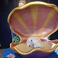 然後阿寶就假裝自己是貝殼裡面的珍珠.....