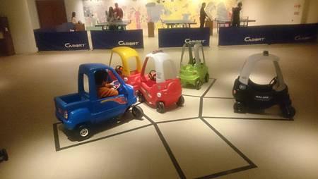 兒童遊戲場車車很多,沒有人開