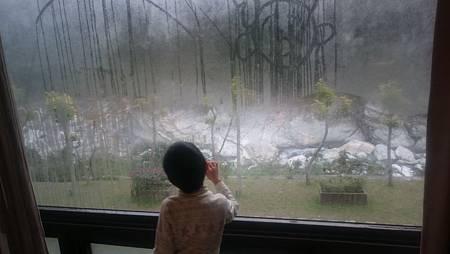 隔天早上在落地窗上畫畫