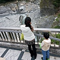 太魯閣晶英門口就有一座可以步行的觀景橋