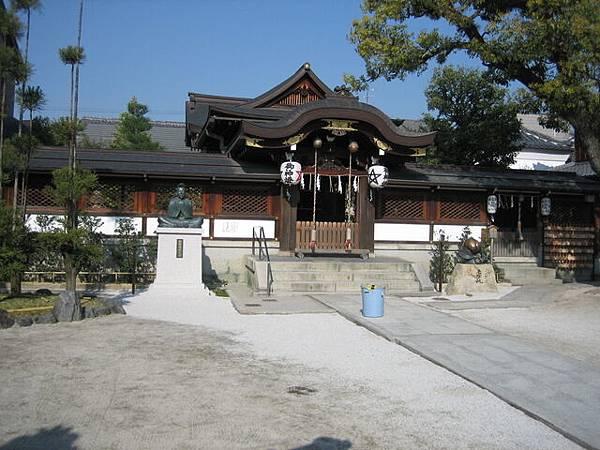 IMG_4840 小小的神社,有個老人很努力地打掃,非常認真.JPG