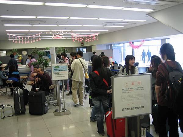 IMG_4695 到大阪關西機場了,排隊買JR Pass.JPG