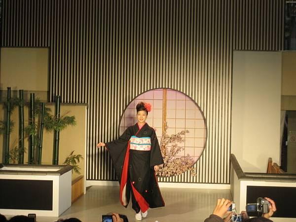 IMG_4868 西陣織會館的和服展示.JPG