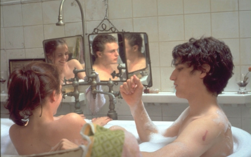 eva-green-louis-garrel-e-riflesso-nello-specchio-michael-pitt-in-una-scena-di-the-dreamers-388.jpg