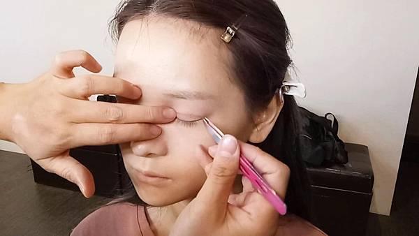 高透氣、黏性佳,防水,流汗也不怕!不反光、超自然的膚色單面雙眼皮貼布,好上妝,再也不用擔心貼了雙眼皮貼無法畫眼妝。想改變無神的單眼皮或內雙嗎?再厚重的眼皮,也能輕鬆撐起,持久不脫落。長期使用還能使雙眼皮定型,讓雙眼立體,深邃有神!