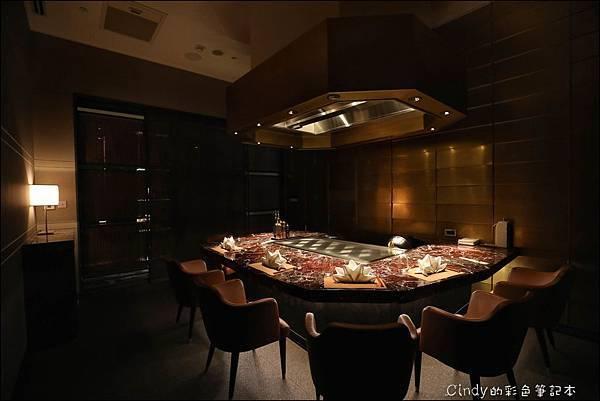 但馬家鐵板燒4_6人座包廂,桌面為土耳其櫻桃紅大理石.JPG