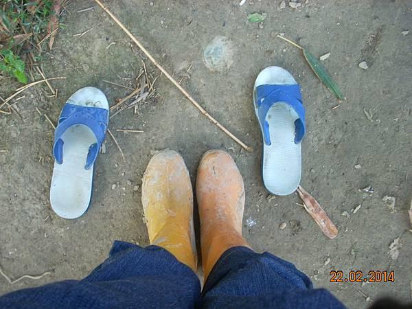 換雨鞋準備下田
