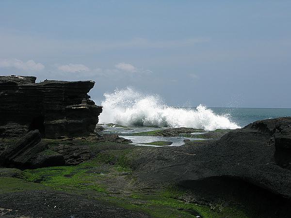 海水不停的打在岩石上激起水花