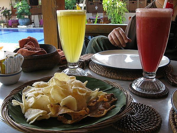 先上果汁,柳橙汁和西瓜汁吧?!還有附送蝦片喔!