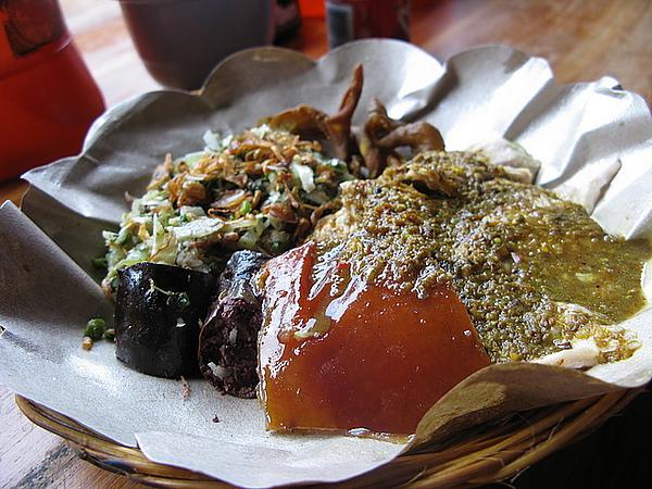招牌的烤飯套餐RP40,000(豬皮、血腸、烤豬肉、配菜)