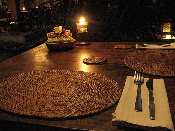 每張桌子都擺上香燭和新鮮花束,非常浪漫