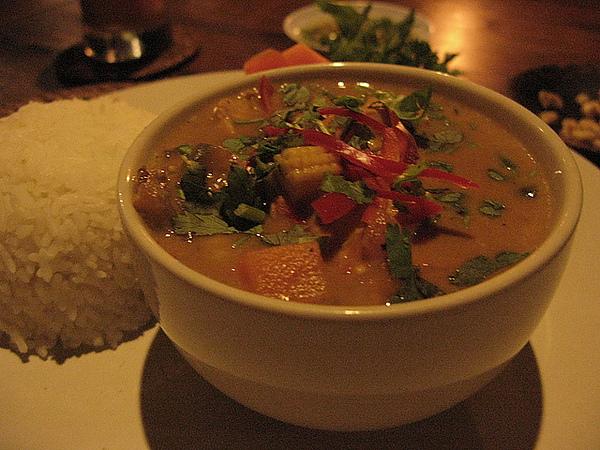 泰式雞肉飯,口味非常重,很入飯,而且整碗配料都可以下肚