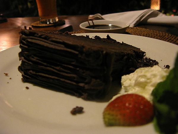 濃郁的巧克力蛋糕,還附上一碟巧克力醬