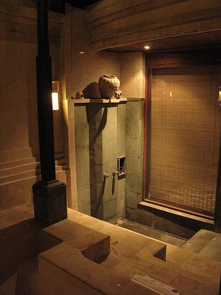 沖澡的地方,不過晚上的熱水水量超小,還不太熱