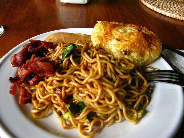 自助式早餐-印尼炒麵、炸培根、熱狗…(好吃!!)