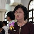 老媽是在禱告還是在哭啊.....?