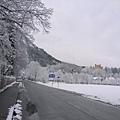 遠處黃色的城堡是郝恩修瓦高城堡