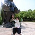 高美館園區裡的雕塑