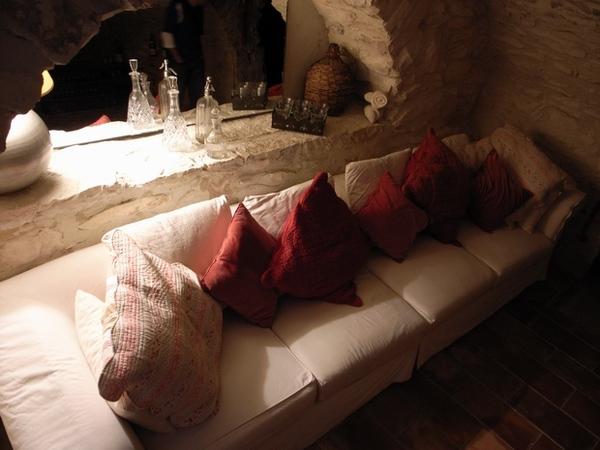 地窖裡也有小沙發, 這裡很涼爽喔~