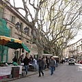 市集散步在路的兩旁