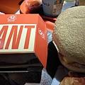 明明豬頭的就叫「巨大」漢堡,卻比我的小... :P