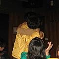 主任和戴老師跳完舞後擁抱