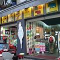 在Pompidou 廣場對面的一家小店