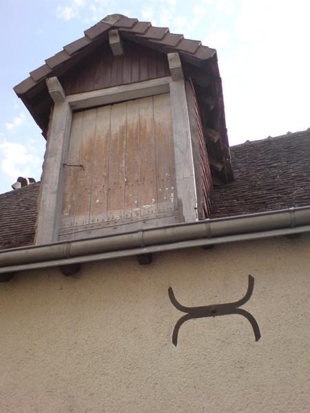 在這個小鎮裡,房屋上面常有這樣的標記