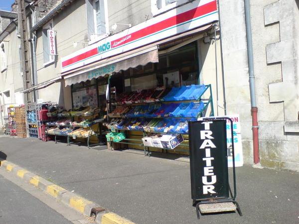 我們每天都來這裡唯一的雜貨店買零食跟可樂‵~