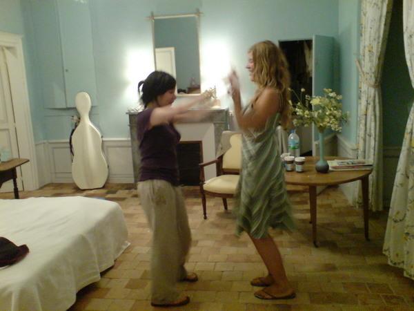 他們在跳舞...