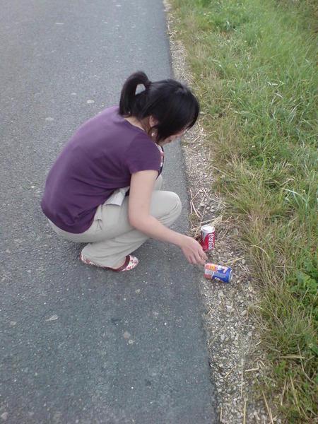 有人把可樂掉在路邊了