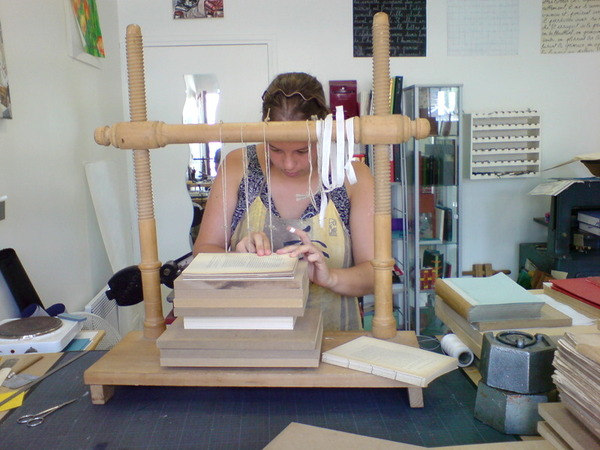 閑晃到了一間專門手工修舊書的工作室