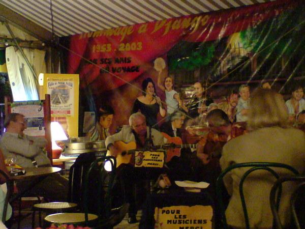 從西班牙來的樂手即興著彈奏著