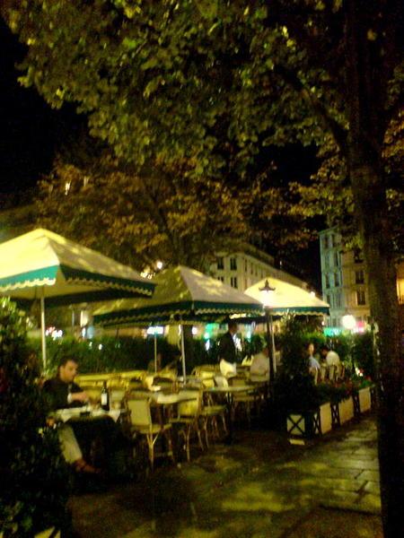 夜晚在露天咖啡館美妙氣氛