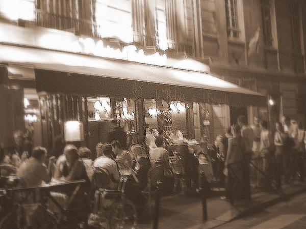 客滿排隊的餐廳