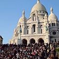 夏天的白教堂前面總是擠滿了人