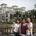 後面是我們住的飯店!