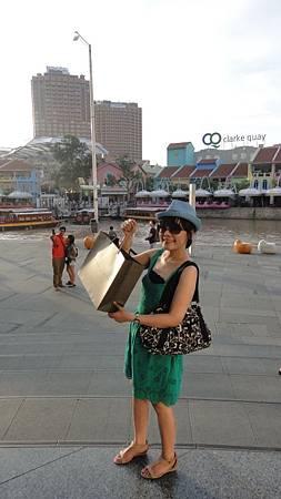 太熱去碼頭前先在Central Mall買了小CK~ 眼鏡,右手手環,鞋子都新的!