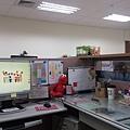 4/2 換新辦公桌! 看了李仲生老師的畫展,桌上都是他<3