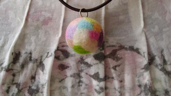 繽紛羊毛氈球球項鍊