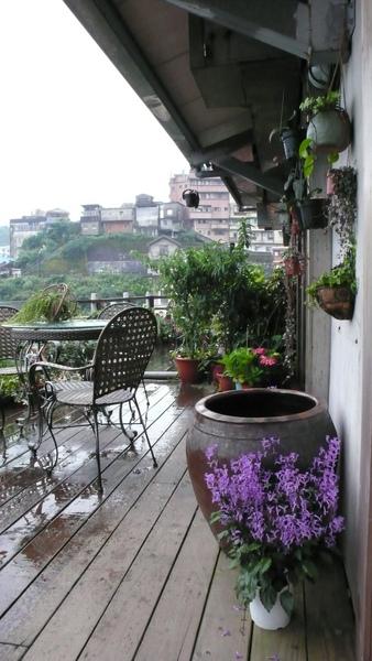晨雨後的咖啡館陽台.JPG