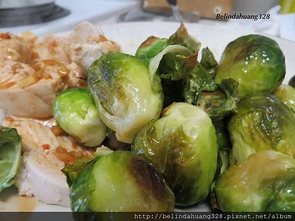 午餐-川燙雞胸肉、烤球芽甘藍