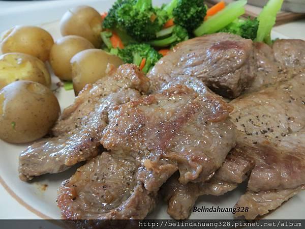 午餐-煎豬排、川燙綠花椰菜、蒸馬鈴薯