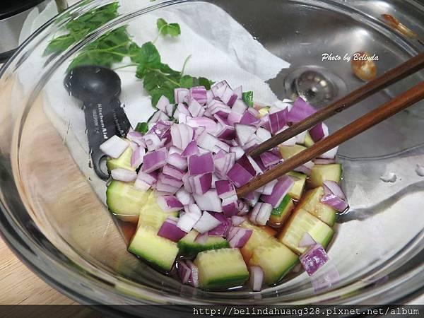 醃製黃瓜和紅紫洋蔥