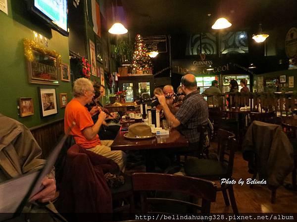 愛爾蘭餐廳一些併桌的音樂人正在演奏