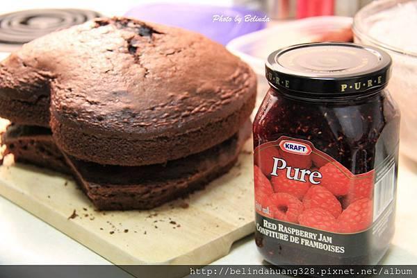 質樸的情人節巧克力蛋糕抹上果醬