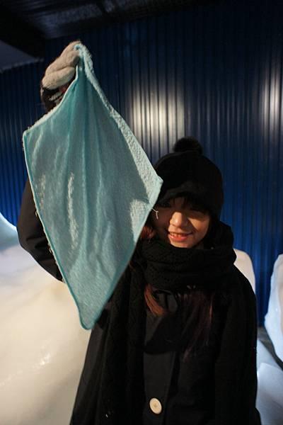 甩甩毛巾....它就冰凍了