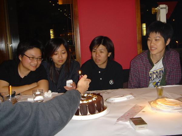 四位壽星.....ㄟ...這蠟燭怪怪的