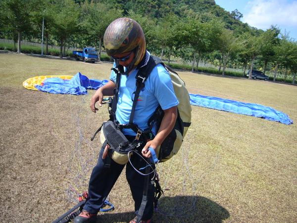 降落,收傘中的教練