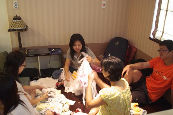 三個孕婦的嬰兒服跳蚤市場